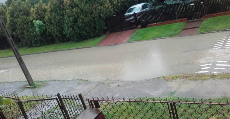 """Podczas deszczu osiedlową ulicą płynie """"rzeka"""" Kliknięcie w obrazek spowoduje wyświetlenie jego powiększenia"""