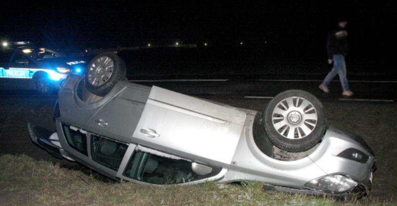 Auto dachowało. W środku troje osób – wszyscy pijani Kliknięcie w obrazek spowoduje wyświetlenie jego powiększenia